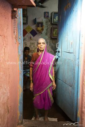anziana-sulla-porta